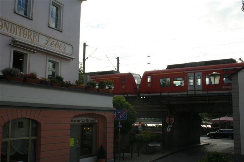 ...wenn da nicht die Güterzüge wären. Etwa alle drei Minuten braust einer durch die Stadtmitte.