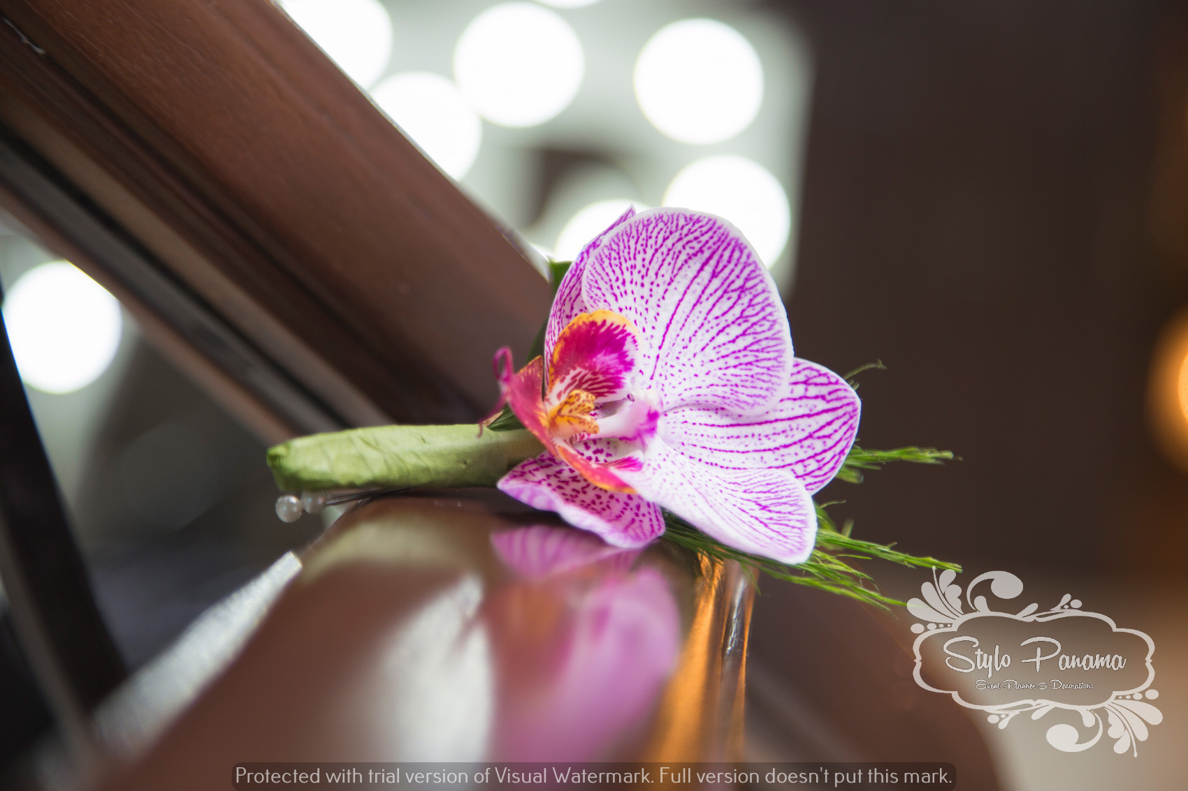 Botonier del novio a juego del bouquet de la novia