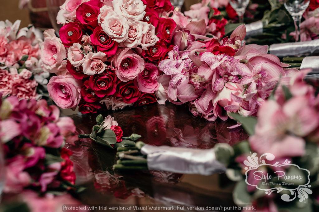 Ramo de novia junto a los ramos de las damas