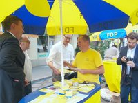 PStS Jan Mücke (links) im Gespräch mit der FDP Tiergarten