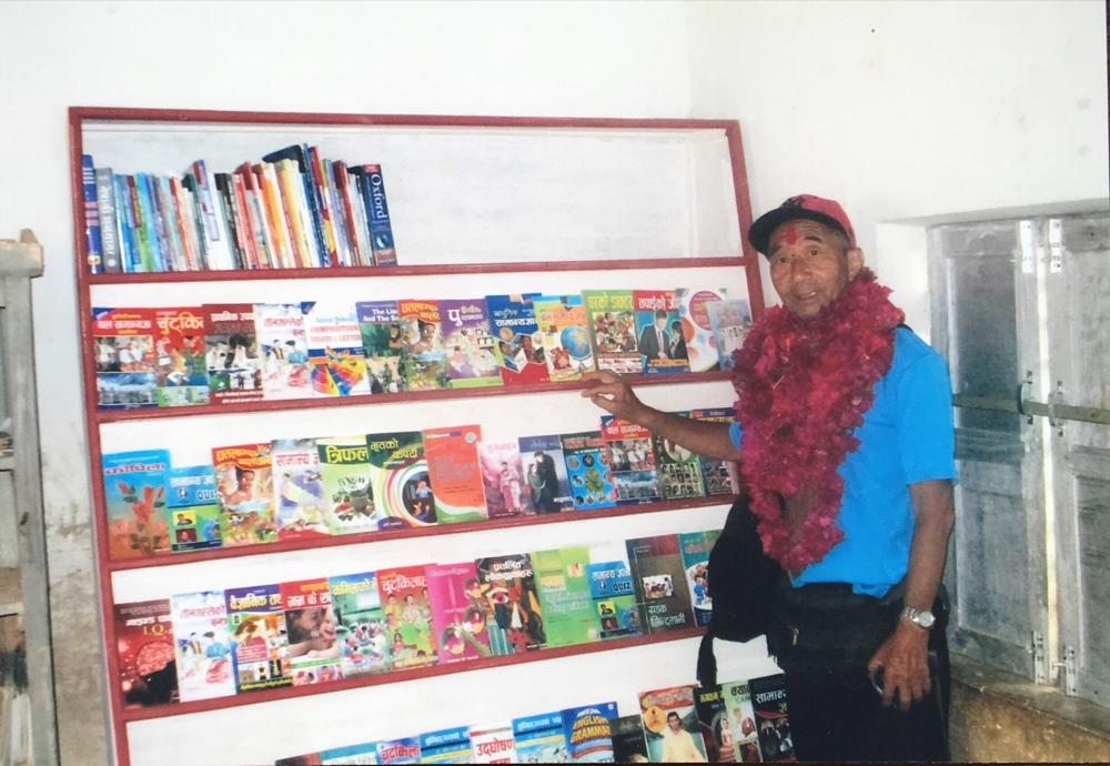 生徒達にとって ここに置かれた本は宝そのものです。ご協力ありがとうございました。2017.5.10. サルブラージュ村 ビジェイ小学校で
