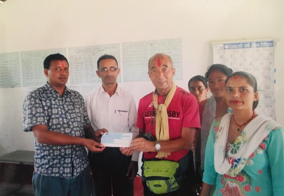 ビジェイ校の先生達に今年のご支援のうち10万ルピーを支援 左から2人目が校長先生 左端は学校運営委員長 2017.8.29