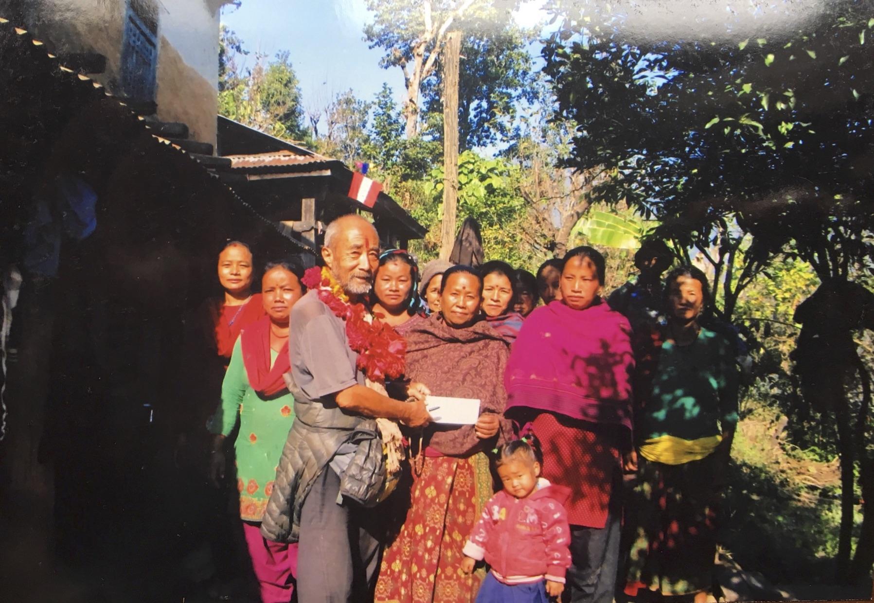 ミッテル郡ディルジェ村の女性グループに100,000ルピーの小切手を渡す。このお金を元にして たくさん儲けるぜ!でなく もうけるわよ。 2018.1.20