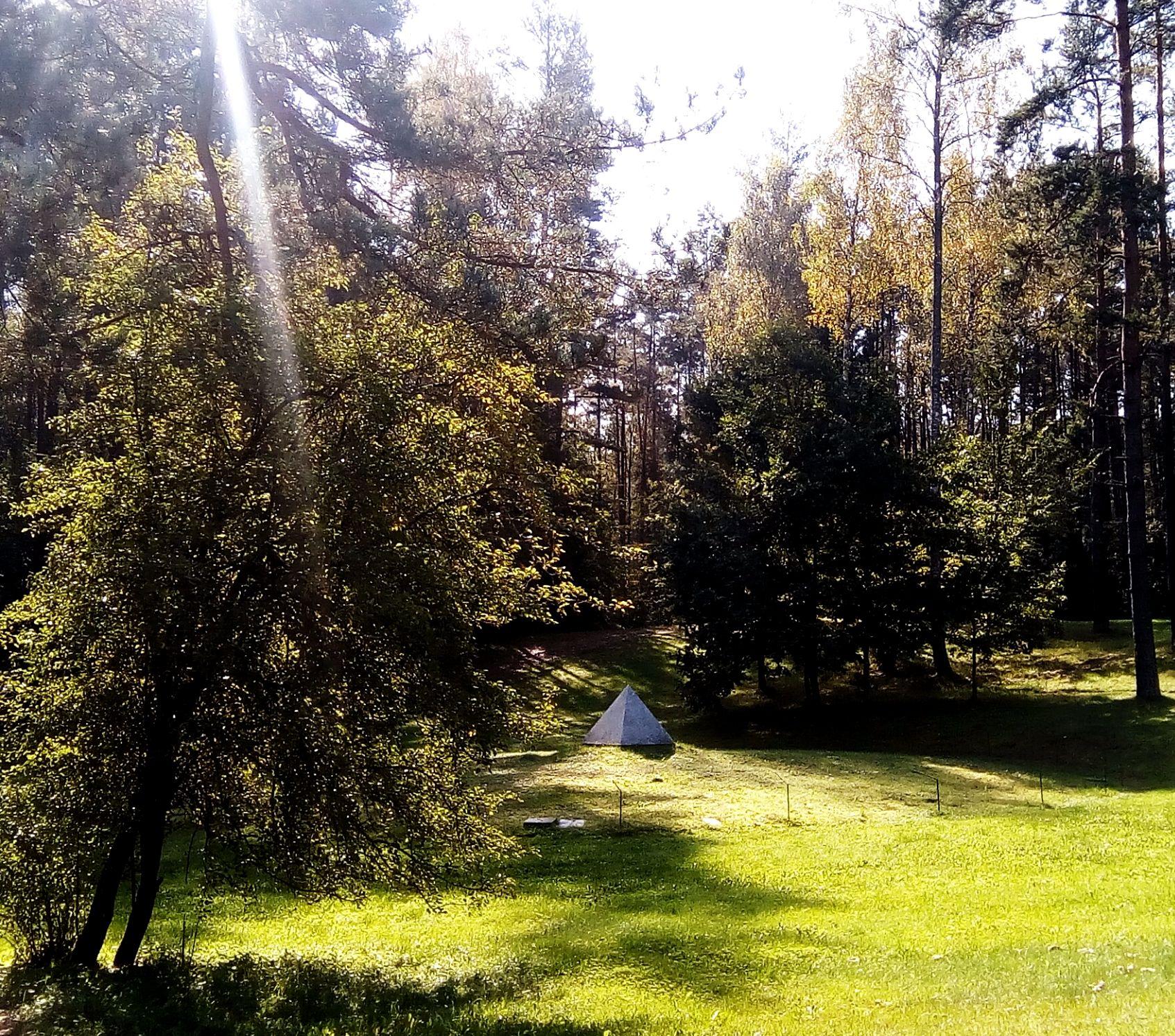 Sun rays meet the monument
