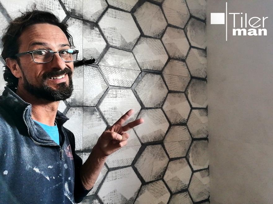 Aplacado con cerámica pasta blanca rectificada 120cmx40cm, con motivos hexagonales lápiz mano alzada. En chalet de Arenales del Sol (Elche)