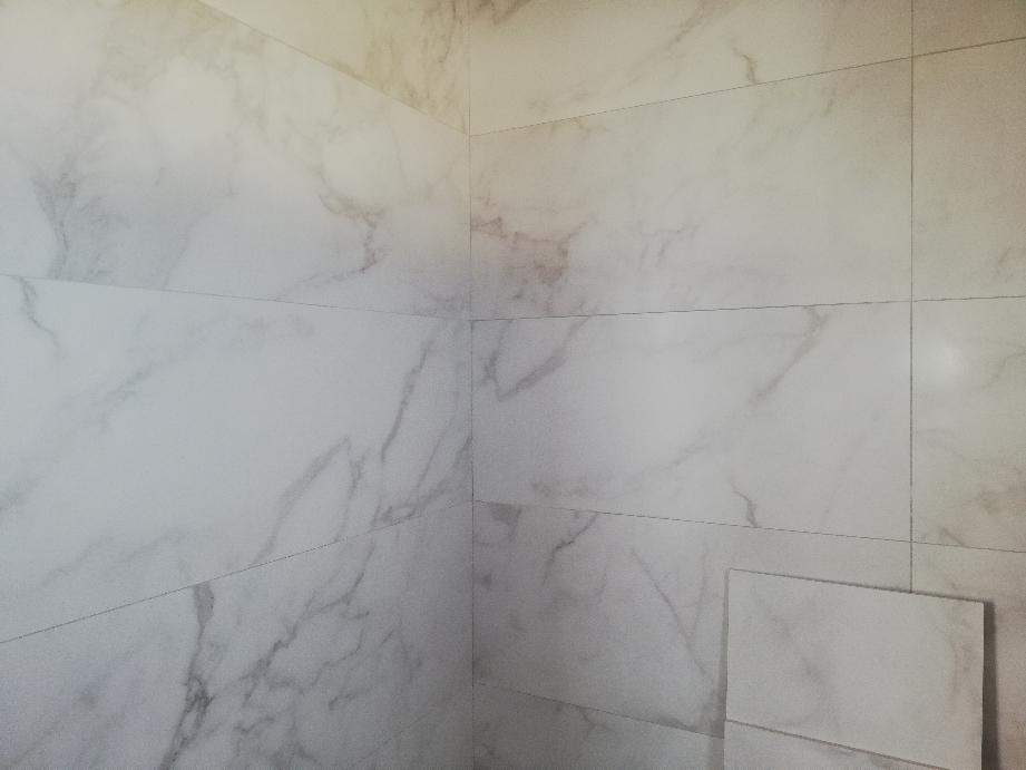 Aplacado de baños en chalet de los Arenales del Sol ( Elche ) tamaño 120cmX40cm azulejos pasta blanca rectificada: marmoleadas y motivos hexagonales al carboncillo