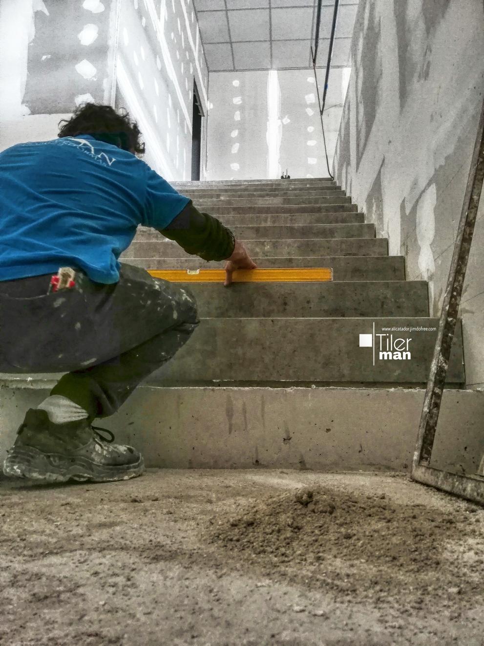 Formación de escalera con peldaños porcelanicos de 1,70m  en Elche