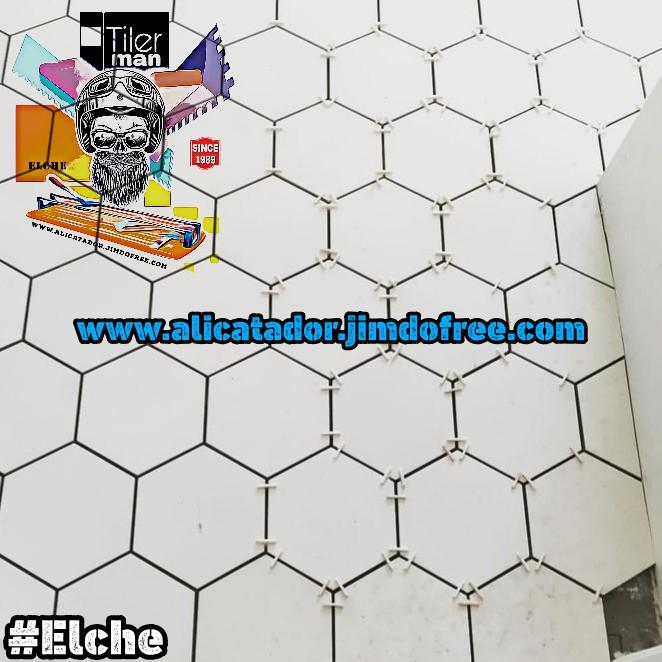 Decoración hexagonal para baño en una reforma de Elche, con azulejos blancos porcelanicod