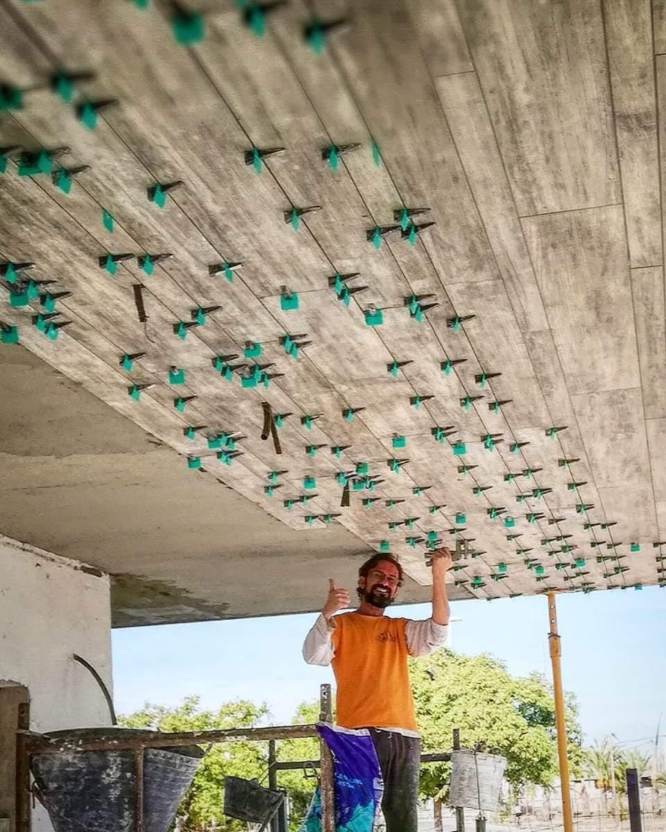 Colocando el azulejo porcelanico en el techo