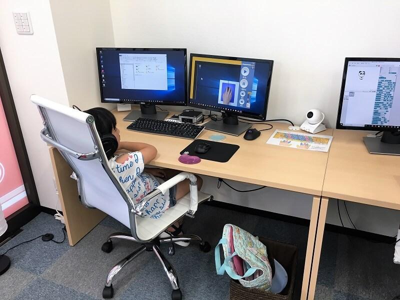 キッズプログラミングの授業風景(女の子)