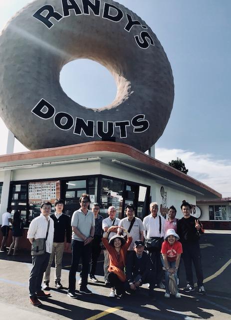 ロサンゼルス、ドーナツ繁盛店より。分かりやすい、インパクトあるドーナツ型の看板!
