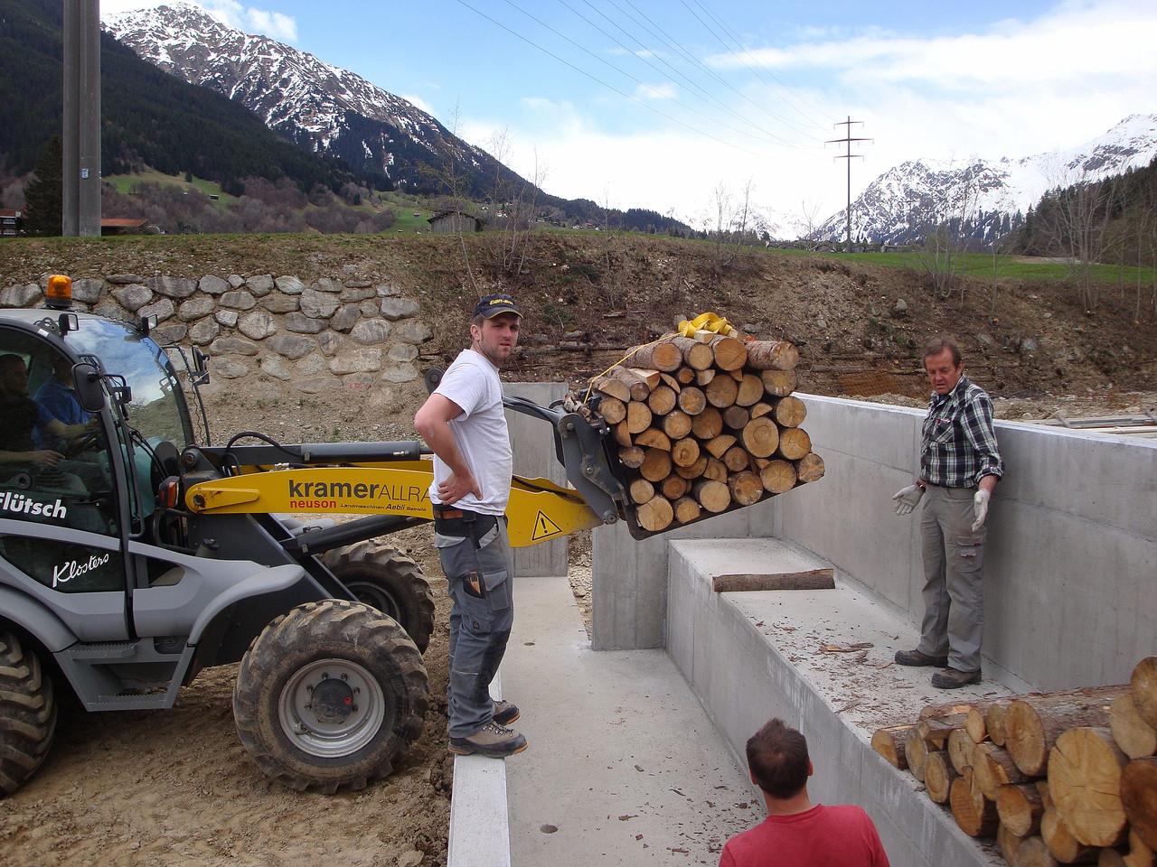Holztransport für den Kugelfang des laufenden Keilers.