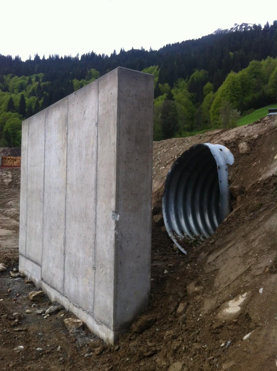 Durch die Betonmauer und den geschützten Zugang durchs Rohr kann der Rollhasen ohne Unterbruch der Trainings- oder Jagdschiessen mit Tonhasen bestückt werden.