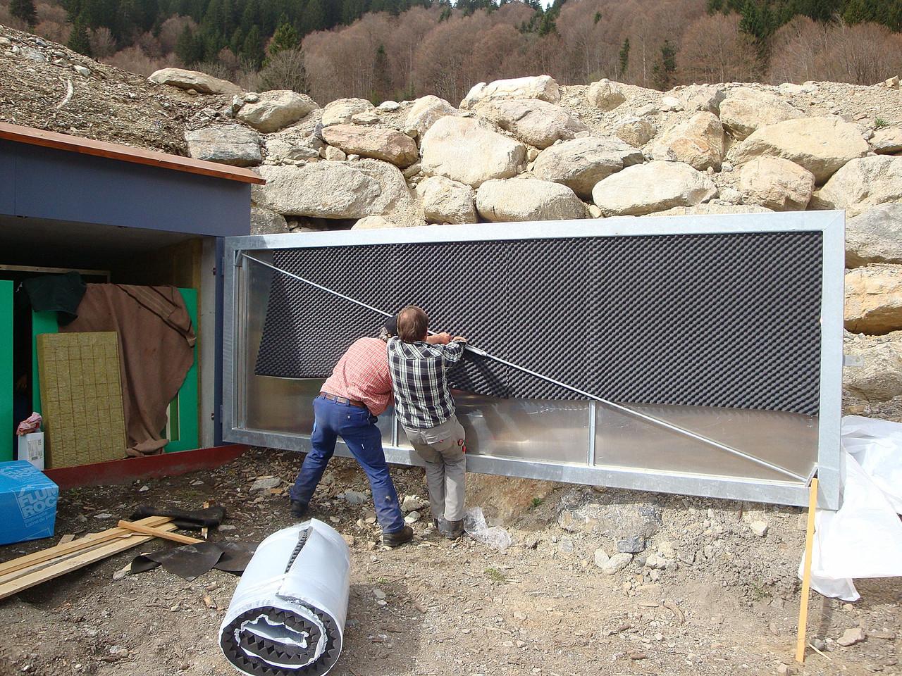 Jörg und Pischa-Hans bringen die Schalldämung an den Toren an.