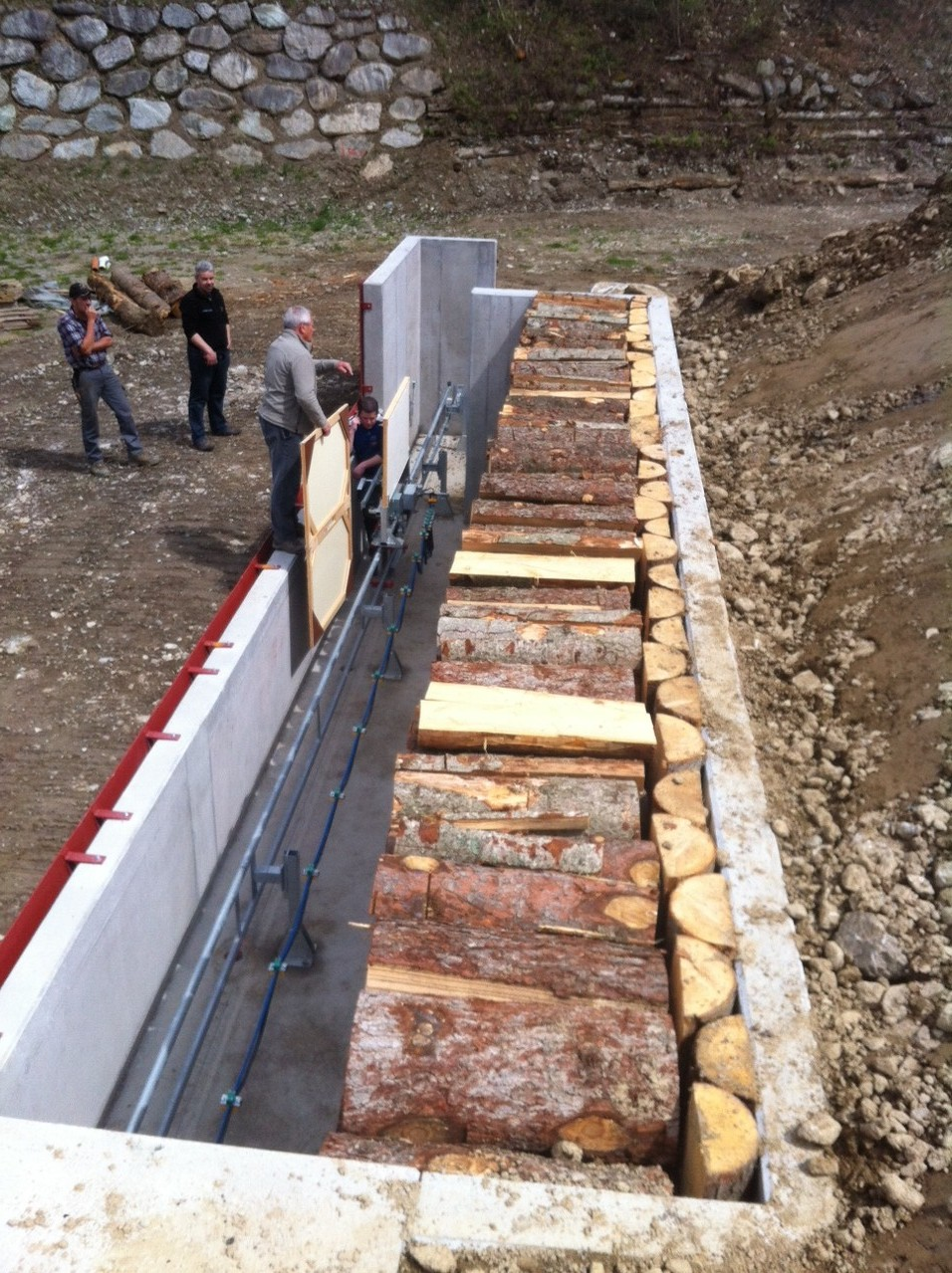 Damit dann wirklich kein Blei bis zum Beton vordringen kann, wurde vor die Rückwand eine Reihe Holz vertikal angestellt.