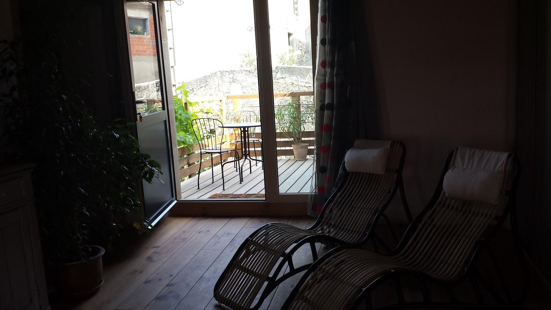 """Gîte """"Le Mauzac"""".Vue sur la terrasse donnant sur le jardin"""