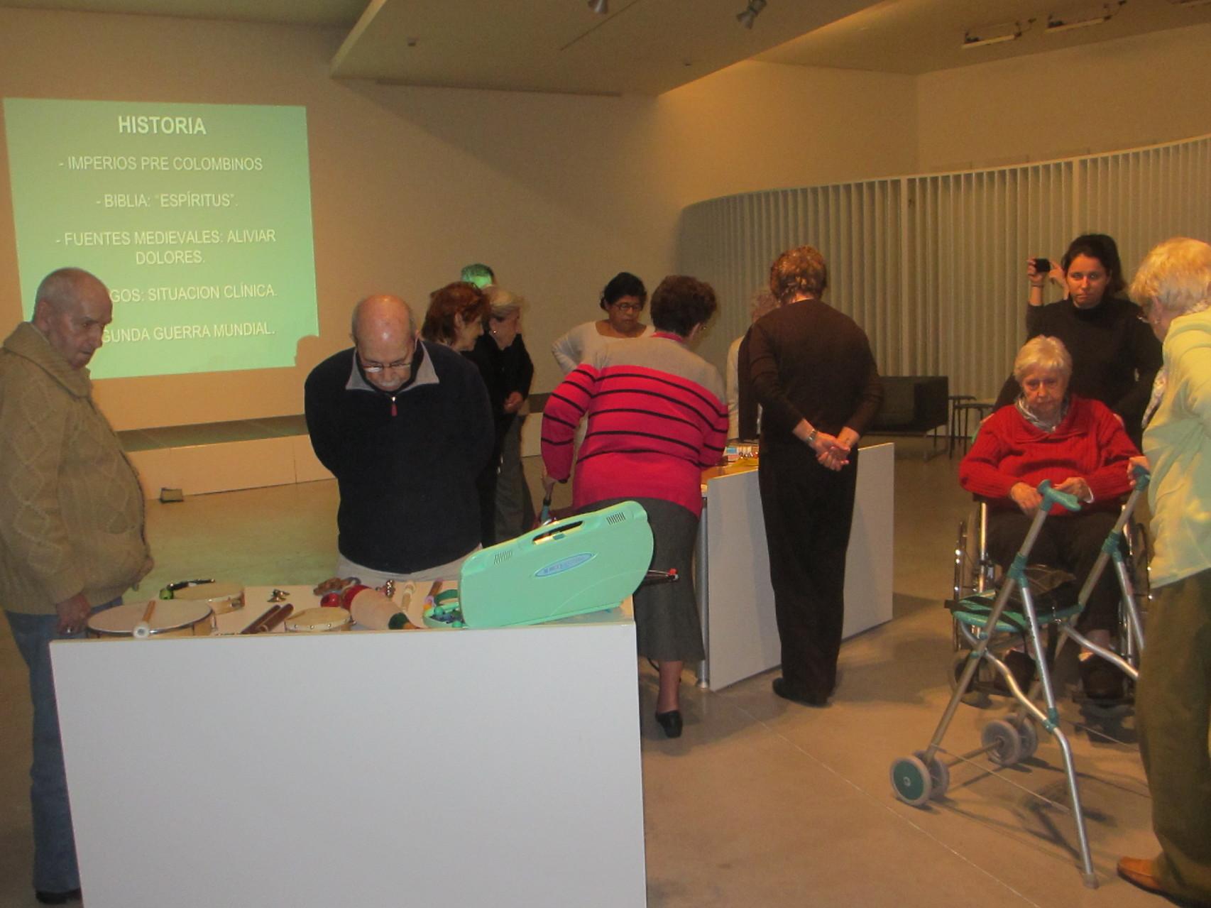 Exploración instrumental en el taller de musicoterapia para gente mayor