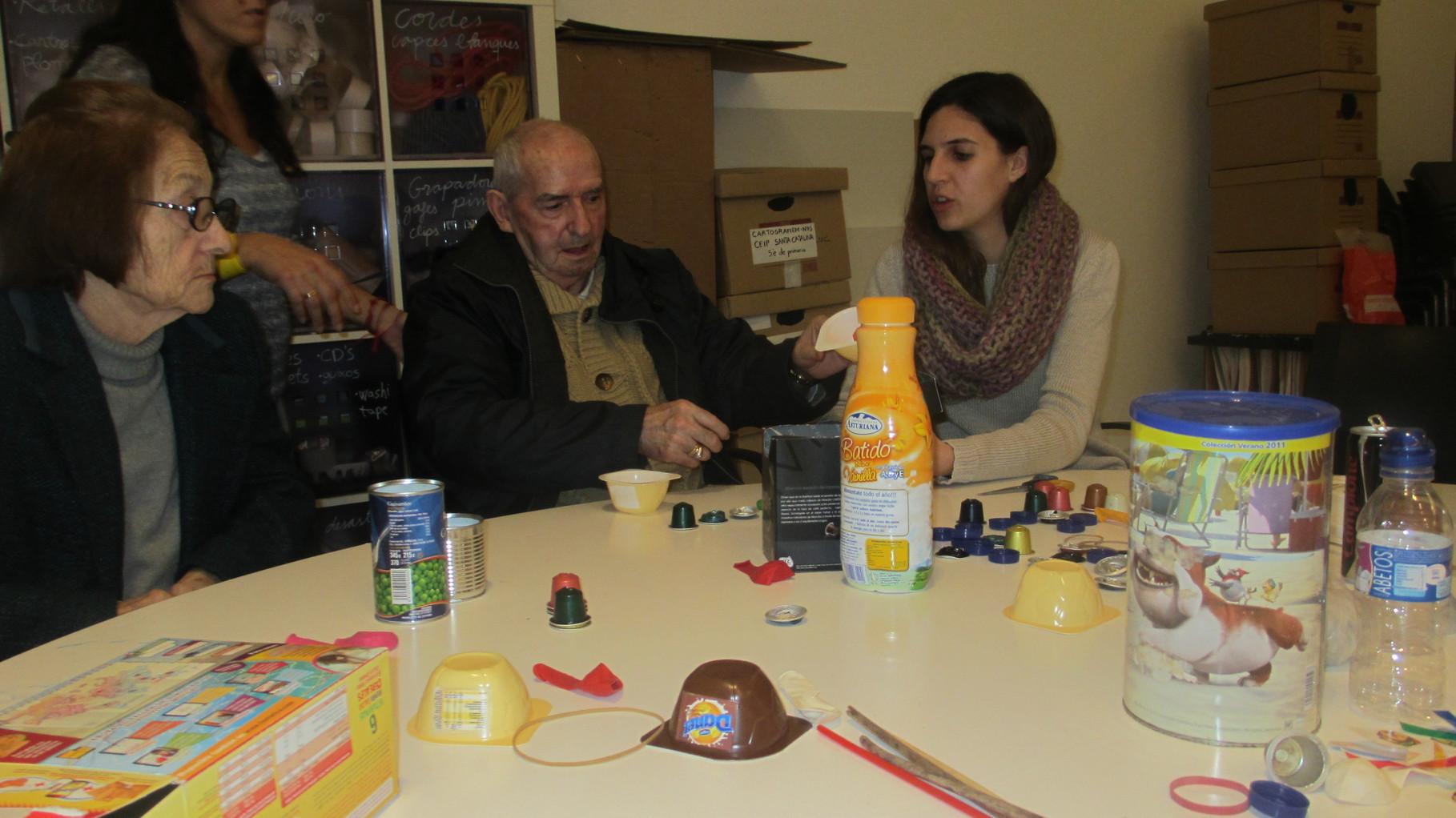 Creando maracas con materiales desechables