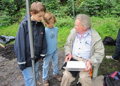 Herr Junker zeigt unserem Nachwuchs die Ergebnisse der Wasseruntersuchungen