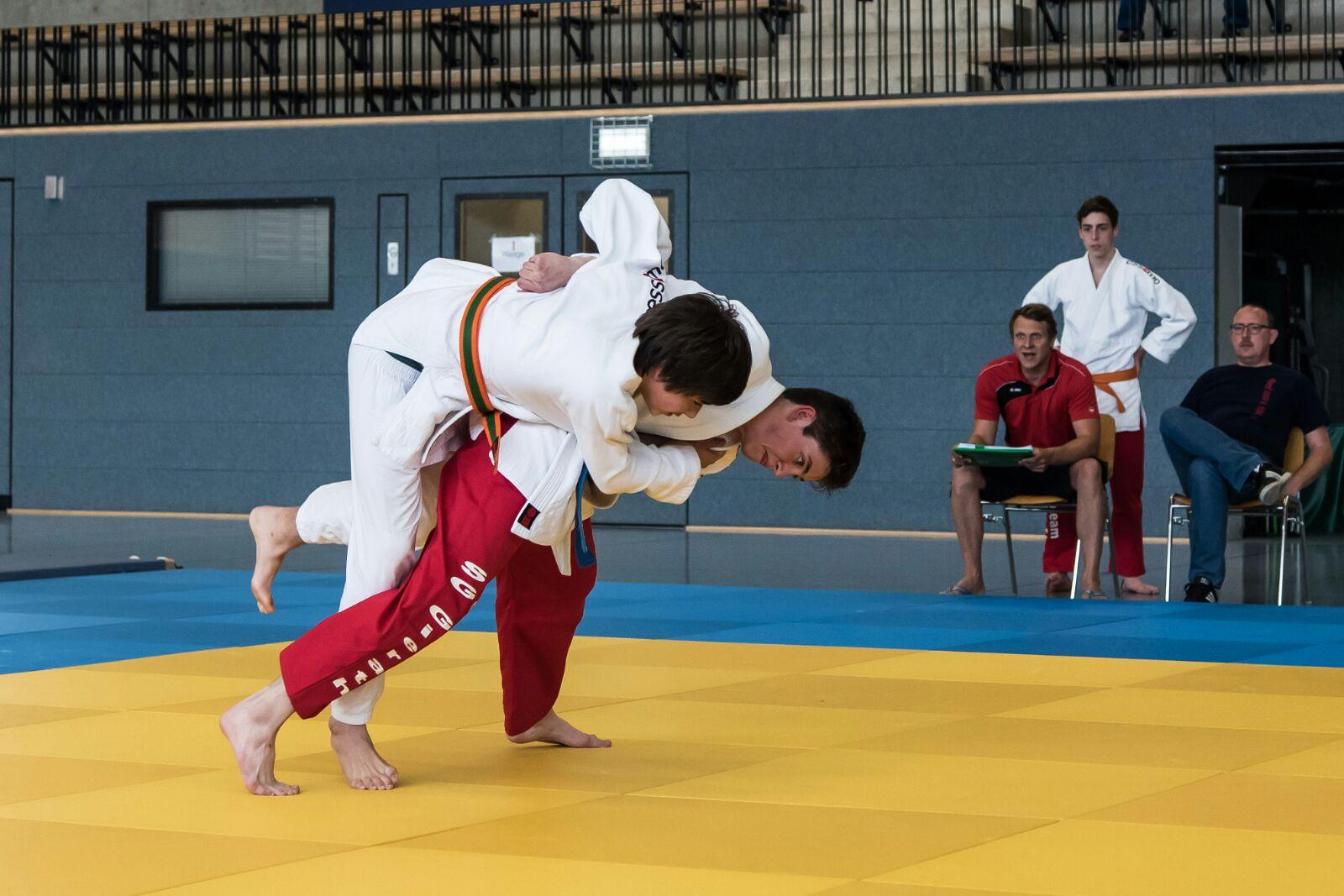 André wirft seinen Gegner Ippon mit Tai-otoshi