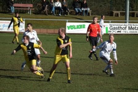 Marco Loi und Kapitän Tim Schott in mitten der schwarz- gelben aus Großen- Buseck