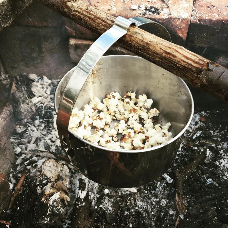 Popcorn über der Feuerstelle