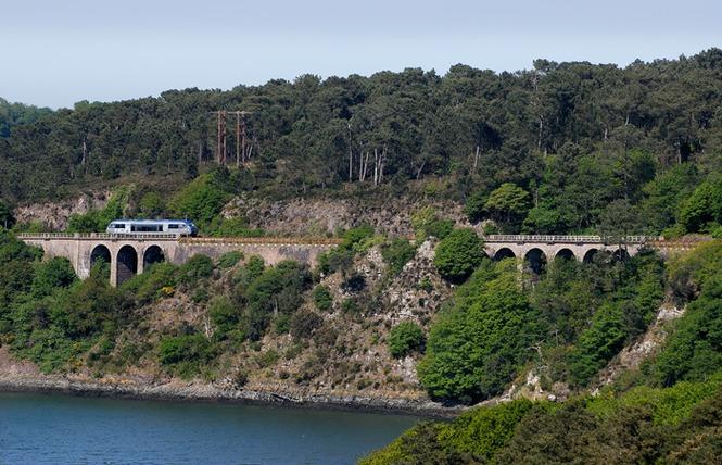 Le train longeant la rivière Trieux, de Paimpol à Pontrieux