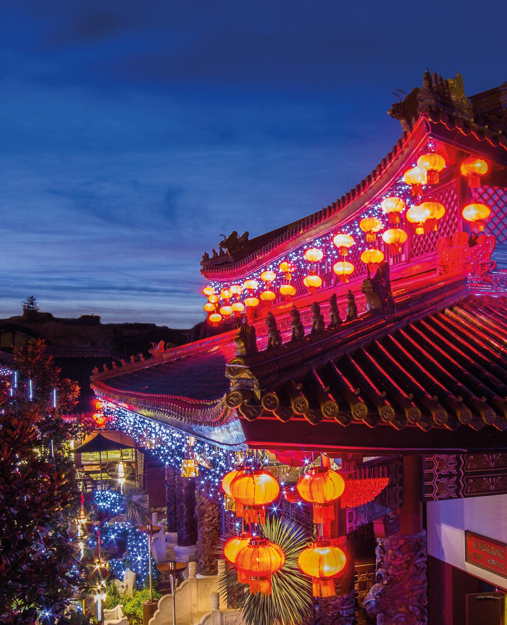 Unzählige Lichter erstrahlen in den festlich geschmückten Straßen und Gärten