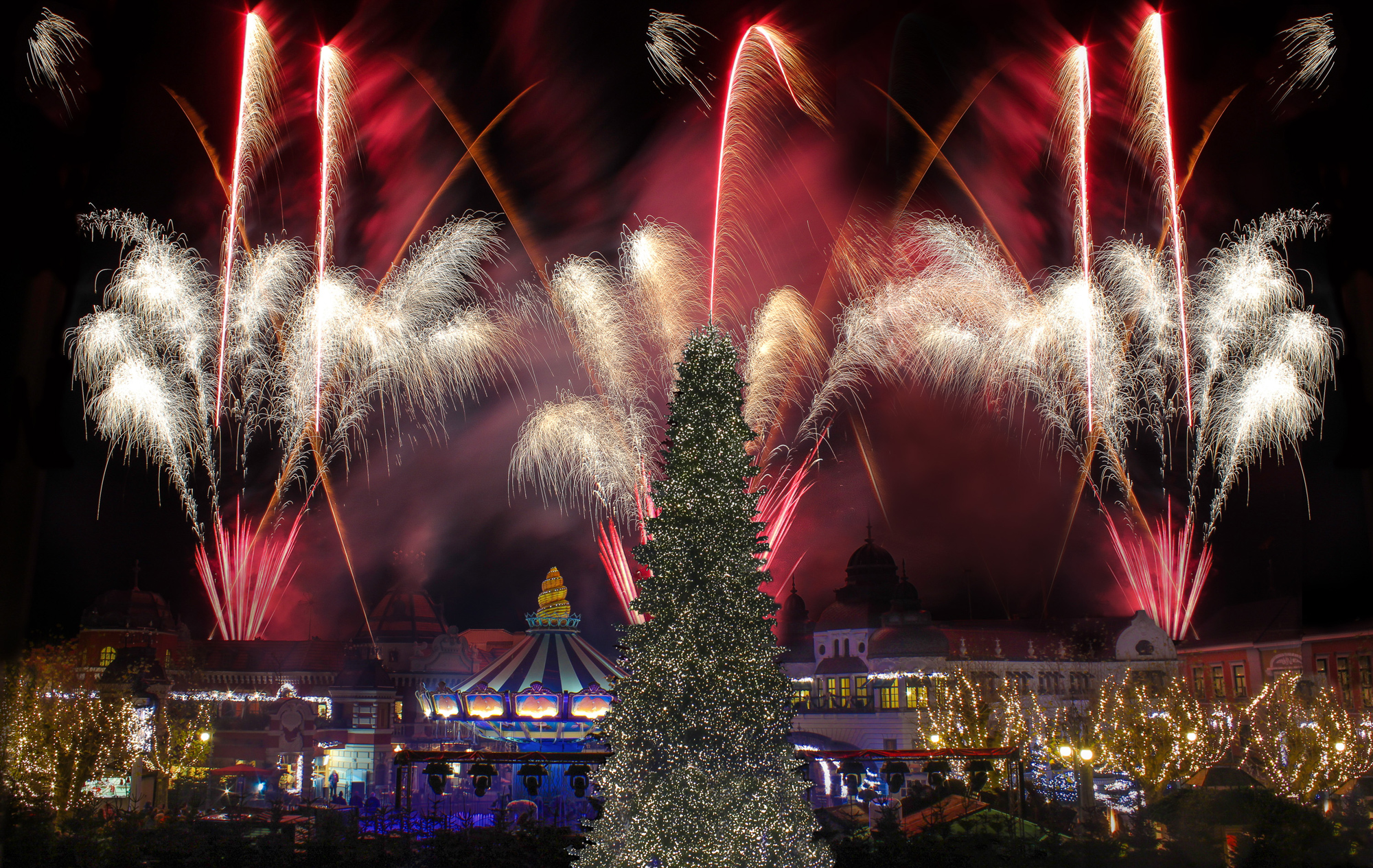 Das tägliche Feuerwerk erhellt allabendlich den Phantasialand-Himmel