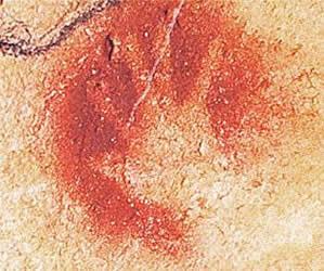 Chauvet пещера во Франции. Отпечатки рук встречаются во многих пещерах доисторических людей. Первобытные трафаретчики прижимали свою руку к стене и заливали вокруг краской. Отпечатки рук встречаются во многих пещерах доисторических людей.