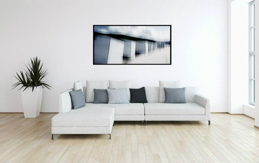 Cette photographie de Frank Uhlig réequilbre les volumes de cette pièce et s'accorde à la perfection avec les tons gris du canapé du salon, pour un résultat graphique et moderne.