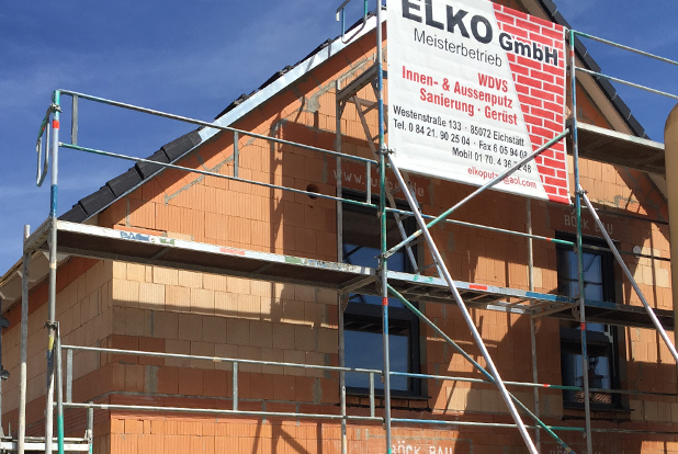 Foto: Baustelle Rohbau eingerüstet mit Bauschild von MEISTERBETRIEB ELKO GmbH, Eichstätt, Bayern | Innenputz Auussenputz Wärmedämm-Verbundsysteme