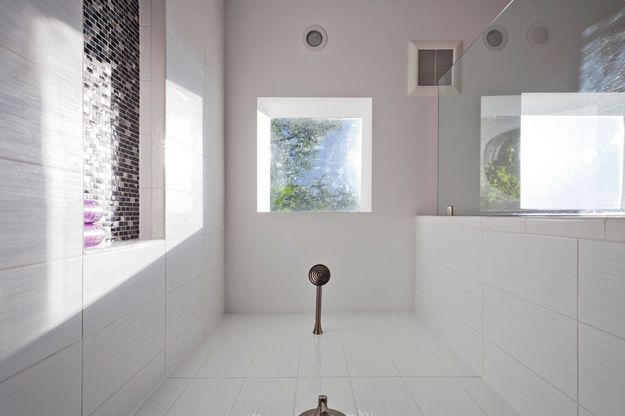 Fredrickson Nagle House:A skylight over the shower lets in daylight and allows you to look at the stars.