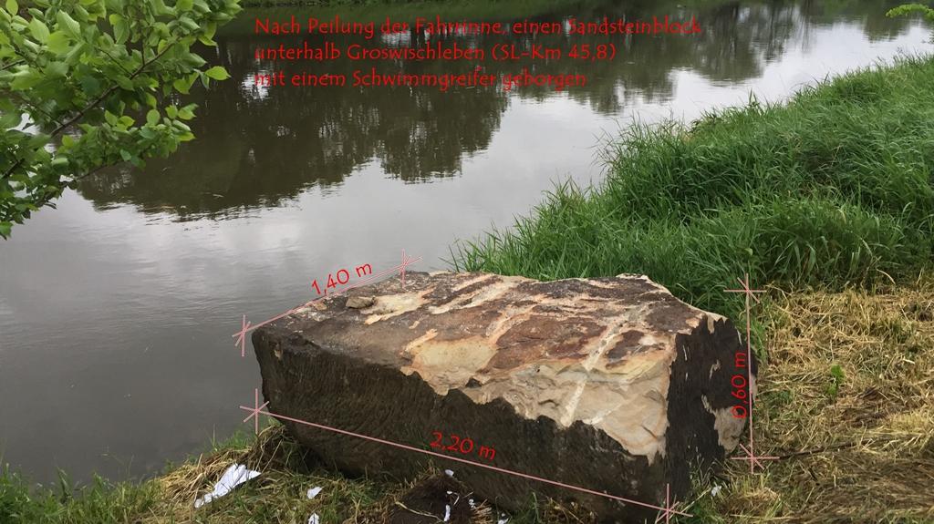 Geborgener Felsblock aus der Saale in Großwirschleben durch das WSA