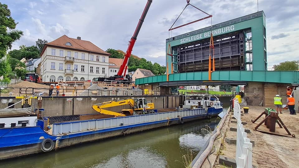 Einhub der Medienbrücke Schleuse Bernburg erfolgt