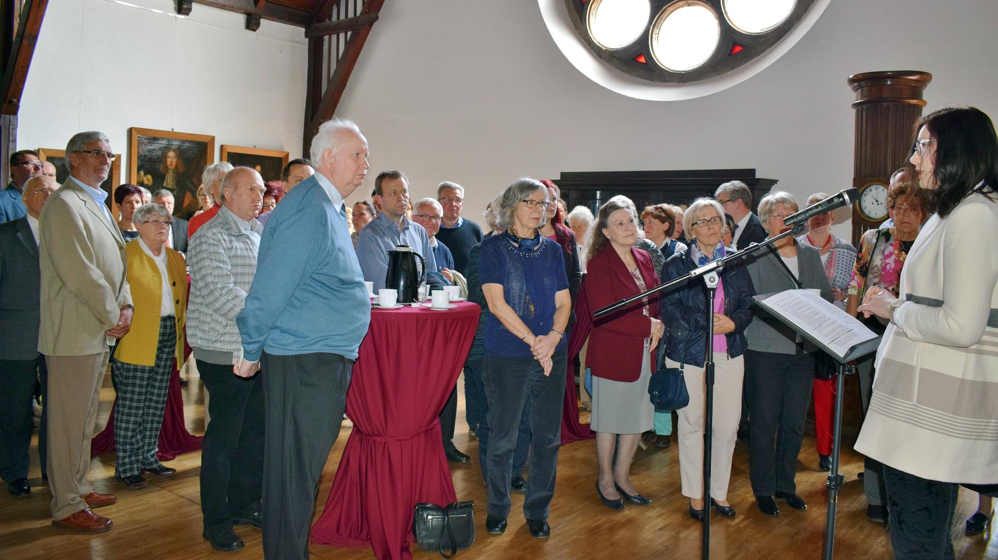 In der Ahnengalerie: Daniela Schieke (rechts) präsentiert die Festschrift (Urheber © Kanzlerstiftung)