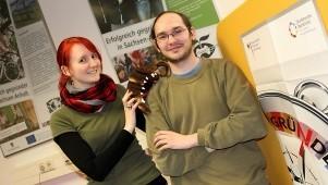 """Bildunterschrift: Sie machen ihr Hobby zum Beruf: Maria Manneck und Enrico Gebert entwickeln digitale Spiele und gehören zum Gründerteam von """"Silver Seed Games"""" aus Magdeburg (Foto: IMG / Kathrain Graubaum)."""