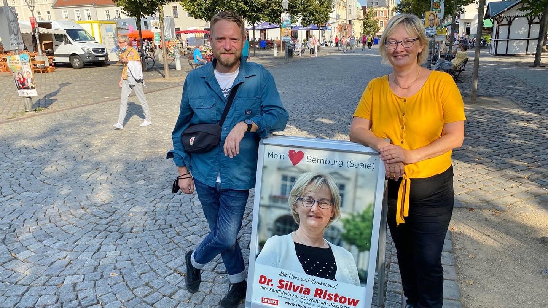 Jan Korte gratuliert Dr. Silvia Ristow zur erfolgreichen OB-Wahl in  Bernburg