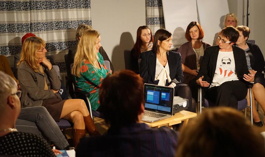 Bürgermeisterin Susan Falke im Gespräch mit Ministerin Prof. Dr. Angela Kolb und Moderatorin Franziska Wasian