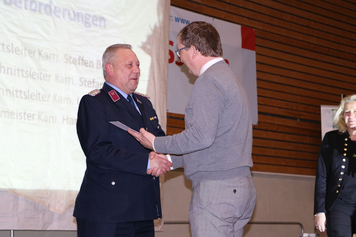 Landrat Markus Bauer befördert Hans Ulrich Robitsch zum Oberbrandinspektor.