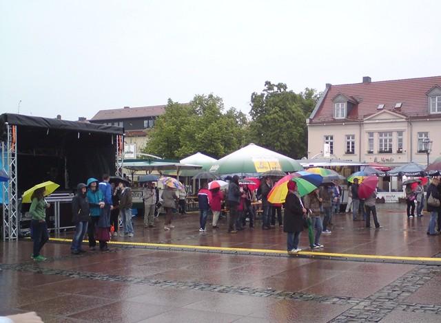 Regenschirm und dicke Jacken, die brauch man wohl am Wochenende