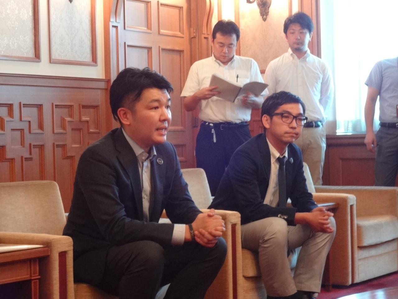 署名活動を通じて感じた地元住民のILCに対する熱意を報告する岩木事務局長(左)