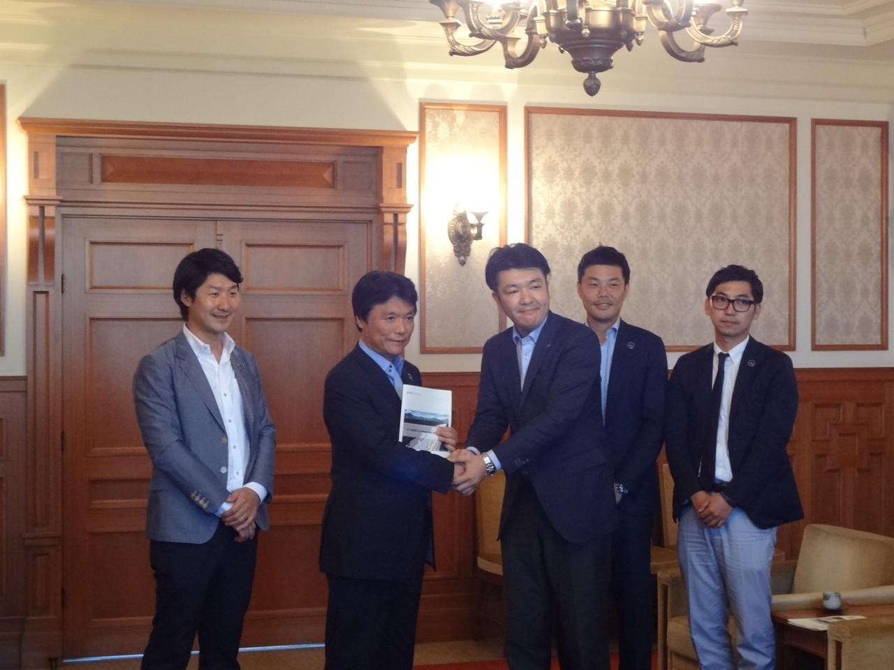 岩木事務局長から知事へ活動報告書を提出