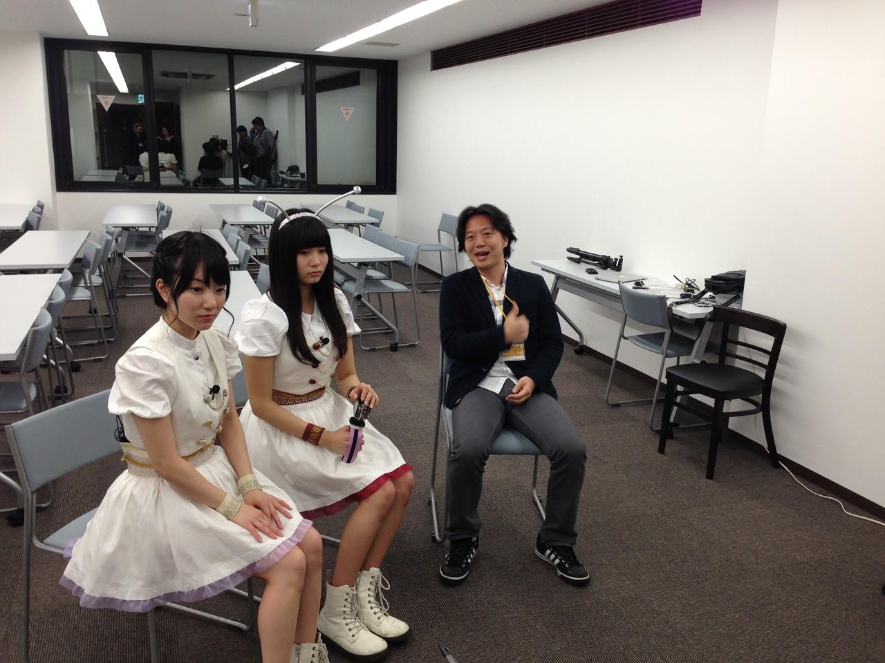カフェ終了後、九大の吉岡先生がILCについてインタビューを受けました。