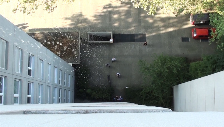Wasser wird aus verschiedenen Höhen auf die Testperson geschüttet