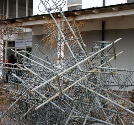 """Kunstverein Neuhausen, Installation """"Ständer"""" 2013, Chris Weiss/Arne Menzel; Foto: Susanne Jakob"""