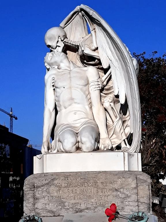 Поцелуй смерти - памятники и скульптуры Барселоны