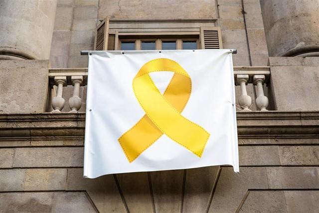 Желтая лента на балконе барселонской мэрии исчезает