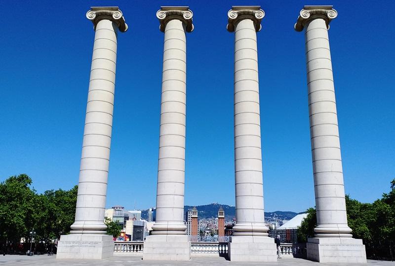 Четыре Колонны у Магического фонтана Барселоны