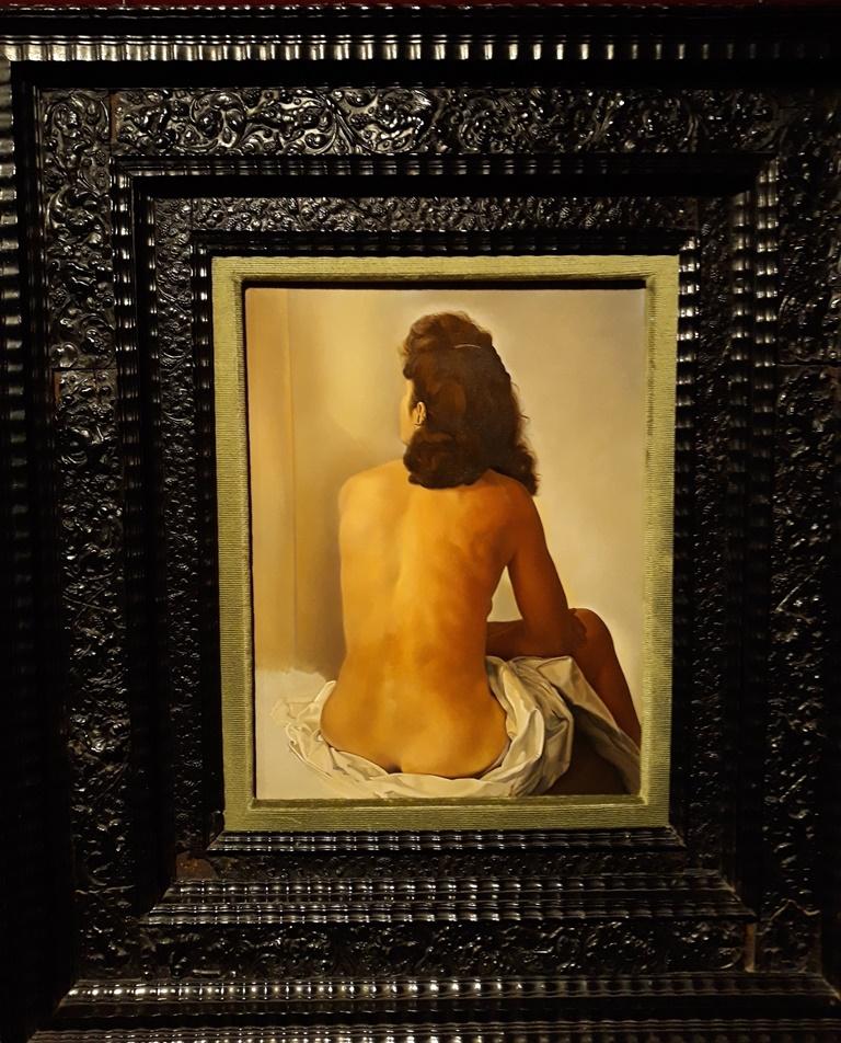 Гала со спины, смотрящаяся в невидимое зеркало - Сальвадор Дали (1960).